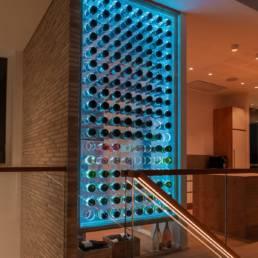 Ballentin Design® / Foto: Anja Bloch-Hamre. Vinrum bygget i ramme af massiv eg med glas og plexiglas med lys der kan skifte farve.