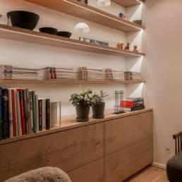 Ballentin Design® / Foto: Anja Bloch-Hamre. Indbygget kommode i stue i massiv eg, og hylder med indbygget lys under.
