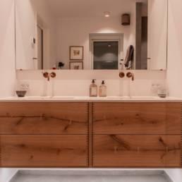 Ballentin Design® / Foto: Anja Bloch-Hamre. Badeværelsesmøbel med lys under elementet.