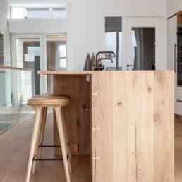 Ballentin Design® / Foto: Anja Bloch-Hamre. Vinrum med glasvæg og snedkerkøkken i massiv eg.
