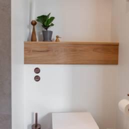 Ballentin Design® / Foto: Anja Bloch-Hamre. Top i massivt eg til væghængt toilet.