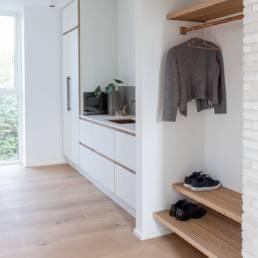 Ballentin Design® / Foto: Anja Bloch-Hamre. Garderobe og bryggers i massiv eg og kobber.
