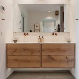 Ballentin Design® / Foto: Anja Bloch-Hamre. Badeværelse med fronter i massiv eg med planker fra Dinesen.