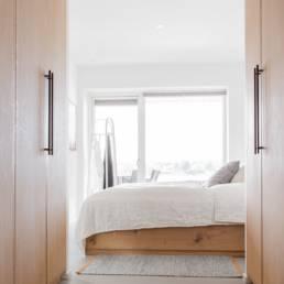 Ballentin Design® / Foto: Anja Bloch-Hamre. Sengeramme i massiv eg, og garderobe i massiv eg.