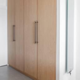 Ballentin Design® / Foto: Anja Bloch-Hamre. Garderobeskabe i massiv eg, med indbygget lys.
