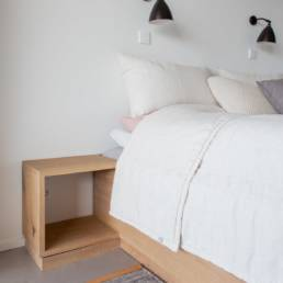 Ballentin Design® / Foto: Anja Bloch-Hamre. Sengeramme i massiv eg med indbygget sengebord.