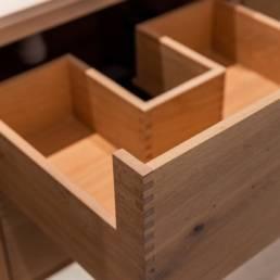 Ballentin Design® / Foto: Anja Bloch-Hamre. Badeværelse med skuffer i massiv eg og fingersamlinger i skufferne.
