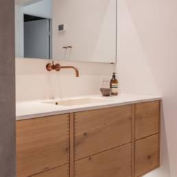 Ballentin Design® / Foto: Anja Bloch-Hamre. Badeværelse med fronter i massiv eg.