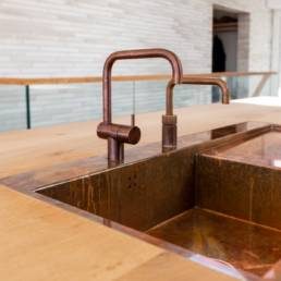 Ballentin Design® / Foto: Anja Bloch-Hamre. Bordplade i massiv eg fra Dinensen, vask i kobber og armatur fra Vola.